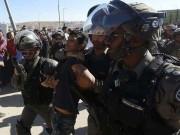 قوات الاحتلال تداهم المنازل وتشن حملة اعتقالات في الضفة