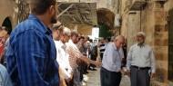 بالصور ..مئات المقدسيين يؤدون صلاة الظهر أمام بابي المجلس والأسباط رفضاً للبوابات الالكترونية