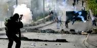 بالفيديو .. إصابة عشرات الصحفيين الدوليين والفلسطينيين بالاختناق على حاجز قلنديا
