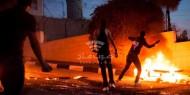 شبان يرشقون مركبات المستوطنين بالزجاجات الحارقة في الخليل