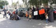 بالفيديو.. احتجاجاً على قطع رواتبهم: نقل أسيرين محررين مضربين إلى مشفى رام الله