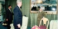 بالصور.. عرفات ودحلان يتحديان بيل كلينتون في نقل السفارة الأمريكية