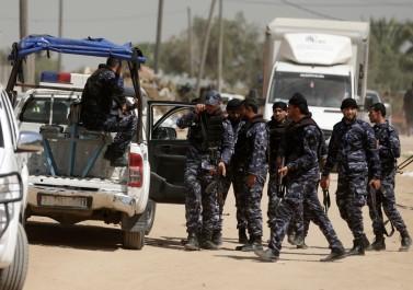 شاهد.. شرطة حماس تقبض على أحد عناصرها بعد نشره فيديو عن حالته المادية الصعبة