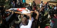 """فيديو: الآلاف يشاركون بتشييع جثامين شهداء مجزرة """"بوابة النمر"""" وسط مطالبات بالرد الفوري"""