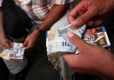 موظفون يؤكدون قيام البنوك الفلسطينية بحجز رواتبهم لإجراء جدولة القروض إجبارياً