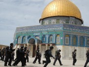 بالصور.. ضباط مخابرات ومستوطنون متطرفون يقتحمون المسجد الاقصى
