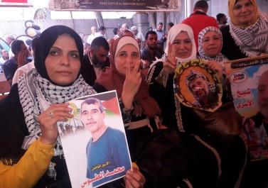 """بالصور.. """"إصلاحي فتح"""" يشارك بوقفة مساندة للأسرى في غزة"""