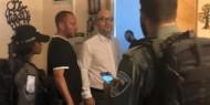 """بالفيديو.. اعتقال وزير القدس """"فادي الهدمي"""" بعد اعتداء قوات الاحتلال عليه أمام عائلته"""