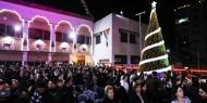 بالفيديو والصور.. إضاءة شجرة عيد الميلاد المجيد في غزة