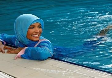 """شاهد.. سيدة ترتدي """"المايوه الشرعي"""" تثير الرأي العام في مصر.. القصة كاملة"""