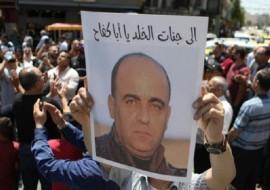 تفاصيل صادمة .. نشر وقائع مقتل الناشط نزار بنات وفقاً لما ورد في لائحة اتهام بمقتله
