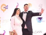 بالفيديو.. أحمد الفيشاوي يمارس هوايته بتقبيل زوجته والجمهور يهاجمه