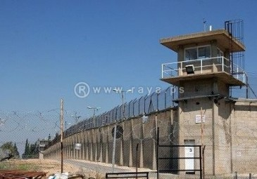 """الأسرى داخل السجون ينتزعون أول اتصال مع ذويهم عبر """"الهواتف العمومية"""""""