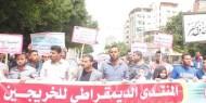 صيدلاني يبيع الأحذيه.. مشهد يجسد واقع الخريجين في غزة